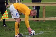 Robin Jansson slår hörna i matchen mot Tvååker. FOTO: Susann Sannefjäll
