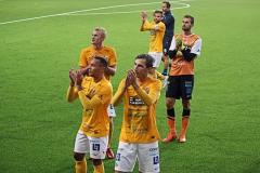 Laget tackar supportrarna efter bortamatchen mot Norrby på Borås Arena. FOTO: Susann Sannefjäll