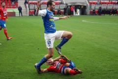 Tobias Mikaelsson hoppar över Öster-spelare. FOTO: Susann Sannefjäll