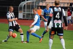 Emil Niklasson i kamp med landskronaspelare. FOTO: Susann Sannefjäll